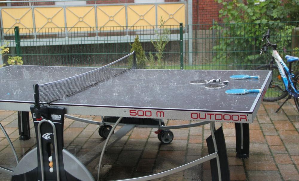 Tischtennisplatte im Regen