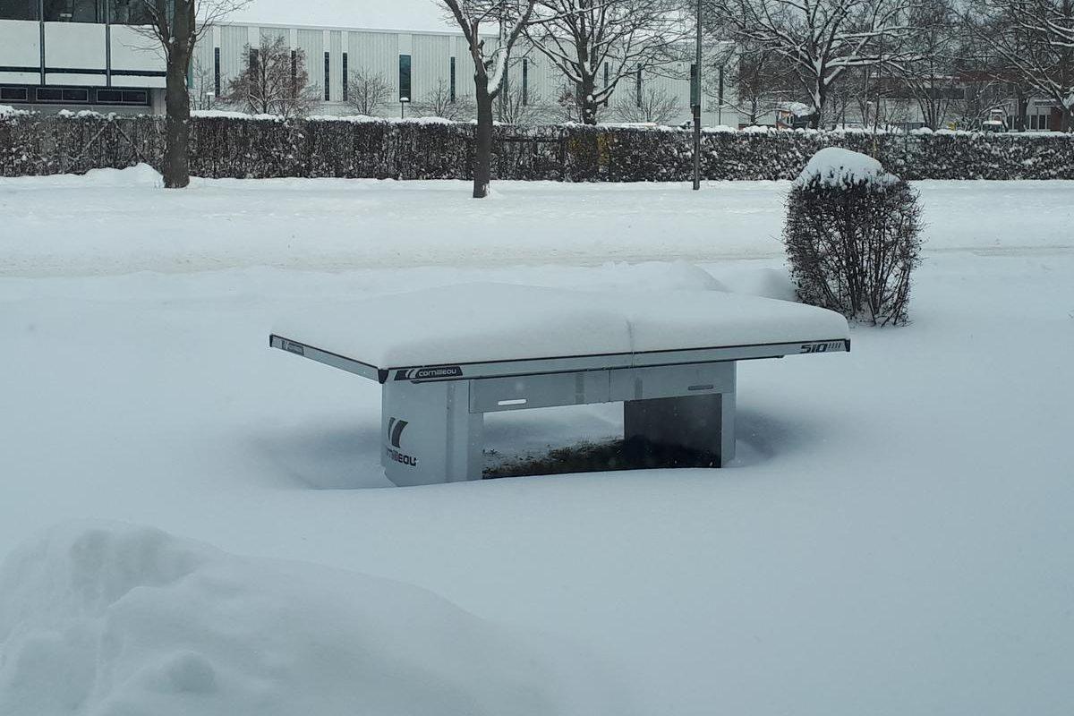 Tischtennisplatte im Schnee